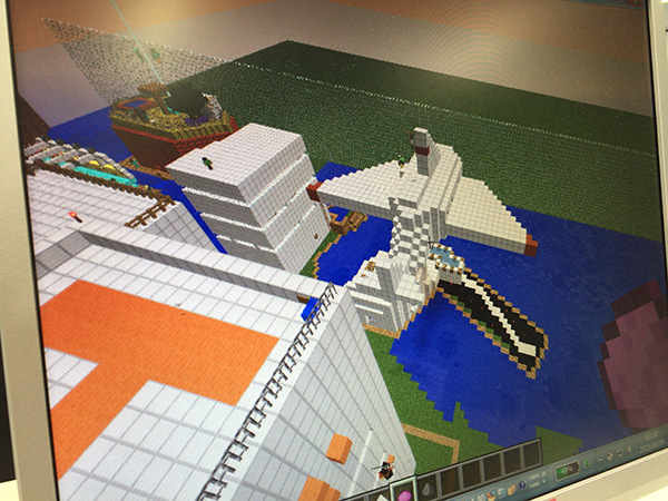 優秀賞を獲得した「飛行場」と、屋上のヘリポートが象徴的な「高層ビル」。