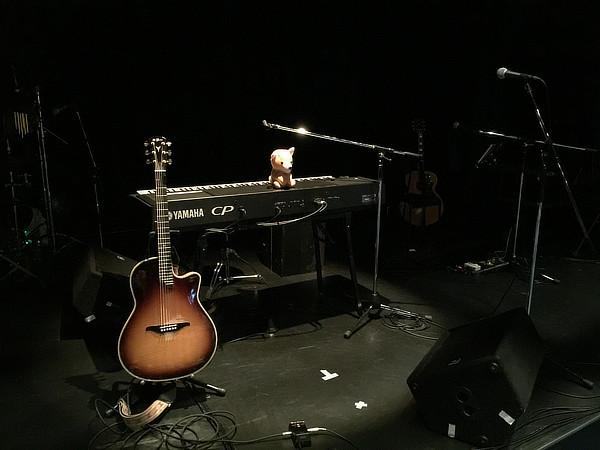ライブが始まる前の静かなステージ。初音茶屋では、初音さんの相棒「ツネキチ」にも出会うことができます。