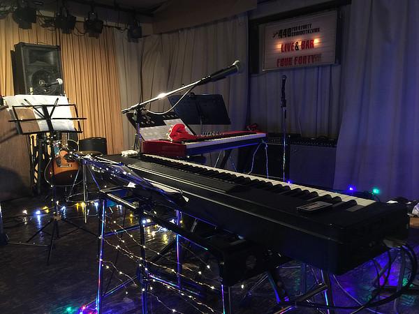 ステージには電飾が飾られ、クリスマス・ムード満点。奥に見える赤いキーボードが初投入となった初音さんの新兵器です。